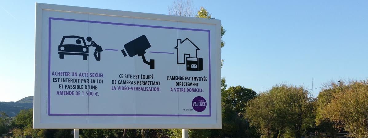 Les panneaux sont installés auxentrées de la base de loisirs de l\'Epervière car la prostitution dans le parc fait l\'objet de nombreuses plaintes.