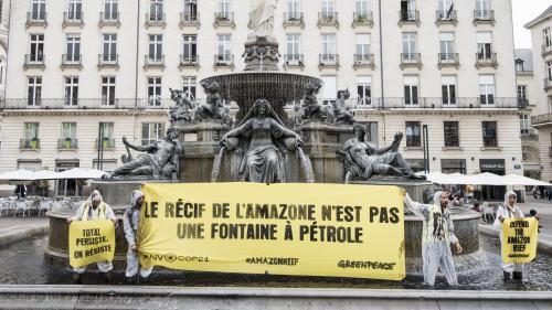 Greenpeace teinte de noir plusieurs fontaines en France pour dénoncer un projet de Total au Brésil