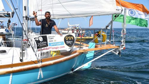 """""""Sévère blessure au dos. Ne peux pas me lever"""" : la course contre la montre pour sauver la vie du skipper Abhilash Tomy"""