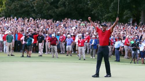 Le champion de golf Tiger Woods remporte sa première victoire depuis cinq ans