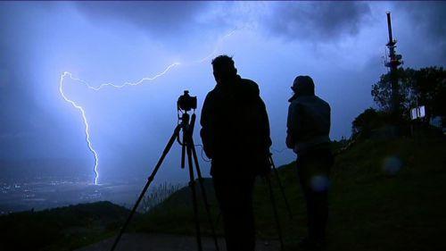 """VIDEOS. """"C'est ça, un coup de foudre"""" : Olivier et Aurélie Ferreux, chasseurs d'orages, racontent leur passion du tonnerre"""