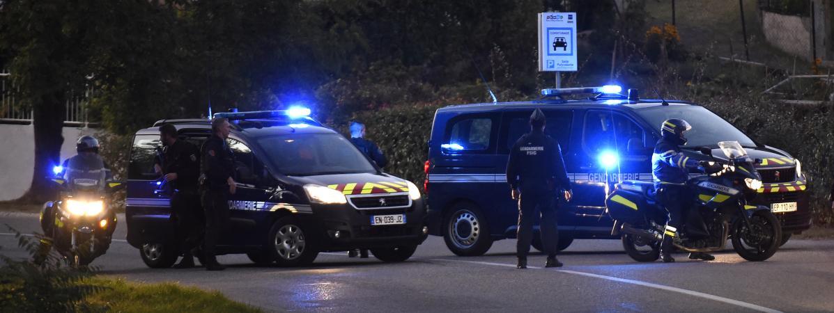 Un convoi de policiers àPont-de-Beauvoisin(Isère), pendant la reconstitution de la nuit du meurtre de la petite Maëlys, le 24 septembre 2018.