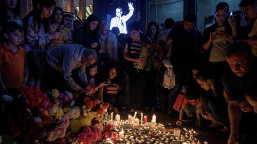 DIRECT. Mort de Charles Aznavour : la tour Eiffel en or, les hommages continuent d'affluer