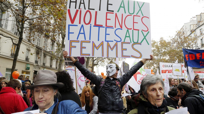 des centaines de personnes manifestent paris contre les violences faites aux femmes. Black Bedroom Furniture Sets. Home Design Ideas