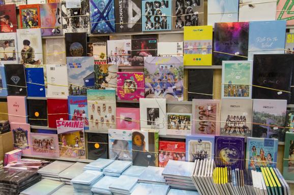 Dans le 13e arrondissement de Paris, chez Musica, les murs sont recouverts de disques de K-pop, le 25 septembre 2018