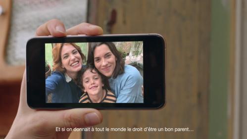 """VIDEO. """"C'est quoi être un bon parent ?"""" : SOS Homophobie lance une campagne en faveur de la PMA pour toutes les femmes"""