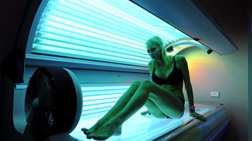 Risques avant 30 ans, différence avec les UV naturels... On répond à 5 questions sur les effets des cabines de bronzage