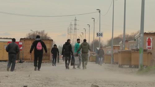 """VIDEO. """"Les habitants commencent à être fatigués"""" : un documentaire dépeint le quotidien de Grande-Synthe face au défi migratoire"""