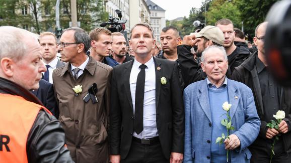 Björn Höcke, porte-parole de l\'AfD en Thuringe (au centre), lors de la manifestation organisée le 1er septembre 2018 à Chemnitz (Allemagne), après le meurtre d\'un Allemand.