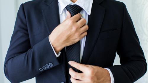"""""""Symbole d'autorité"""", contrainte """"ridicule""""... Pourquoi la cravate n'est plus dans le coup"""