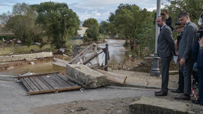 Le Premier ministre, Edouard Philippe, constate les dégâts après les intempéries à Villegailhenc (Aude), le 15 octobre 2018.