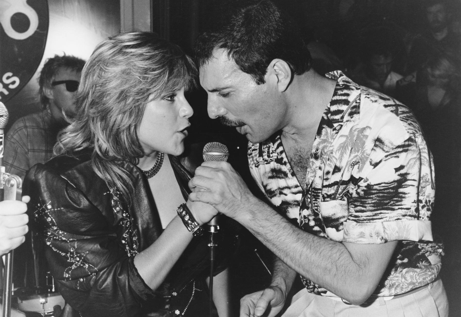 Samantha Fox et Freddie Mercury lors du mini-concert donné le 12 juillet 1986 au Kensington Roof Gardens.