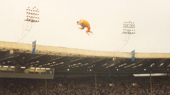 Le ballon à l\'effigie de Freddie Mercury s\'envole dans le ciel de Londres, le 12 juillet 1986.