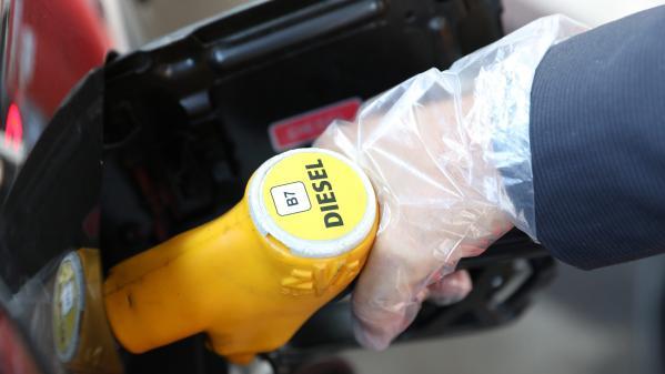 """VIDEO. """"D'habitude, je suis autour de 60 euros. Et là, 70 euros..."""" : pourquoi le diesel est en passe de devenir plus cher que l'essence?"""