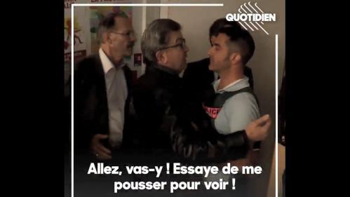 """VIDEOS. """"Allez, touche-moi pour voir"""": Mélenchon pousse un procureur et défie un policier pendant les perquisitions"""