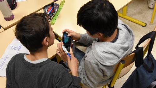 """Interdiction du portable : 90% des collèges """"font bien respecter"""" cette mesure, selon Jean-Michel Blanquer"""