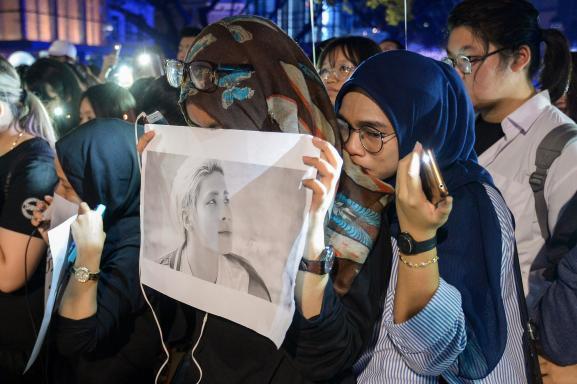 Des fans pleurent la mort de Kim Jong-hyun, le chanteur du groupe de K-pop SHINee, à Kuala Lumpur (Malaisie), le 21 décembre 2017.