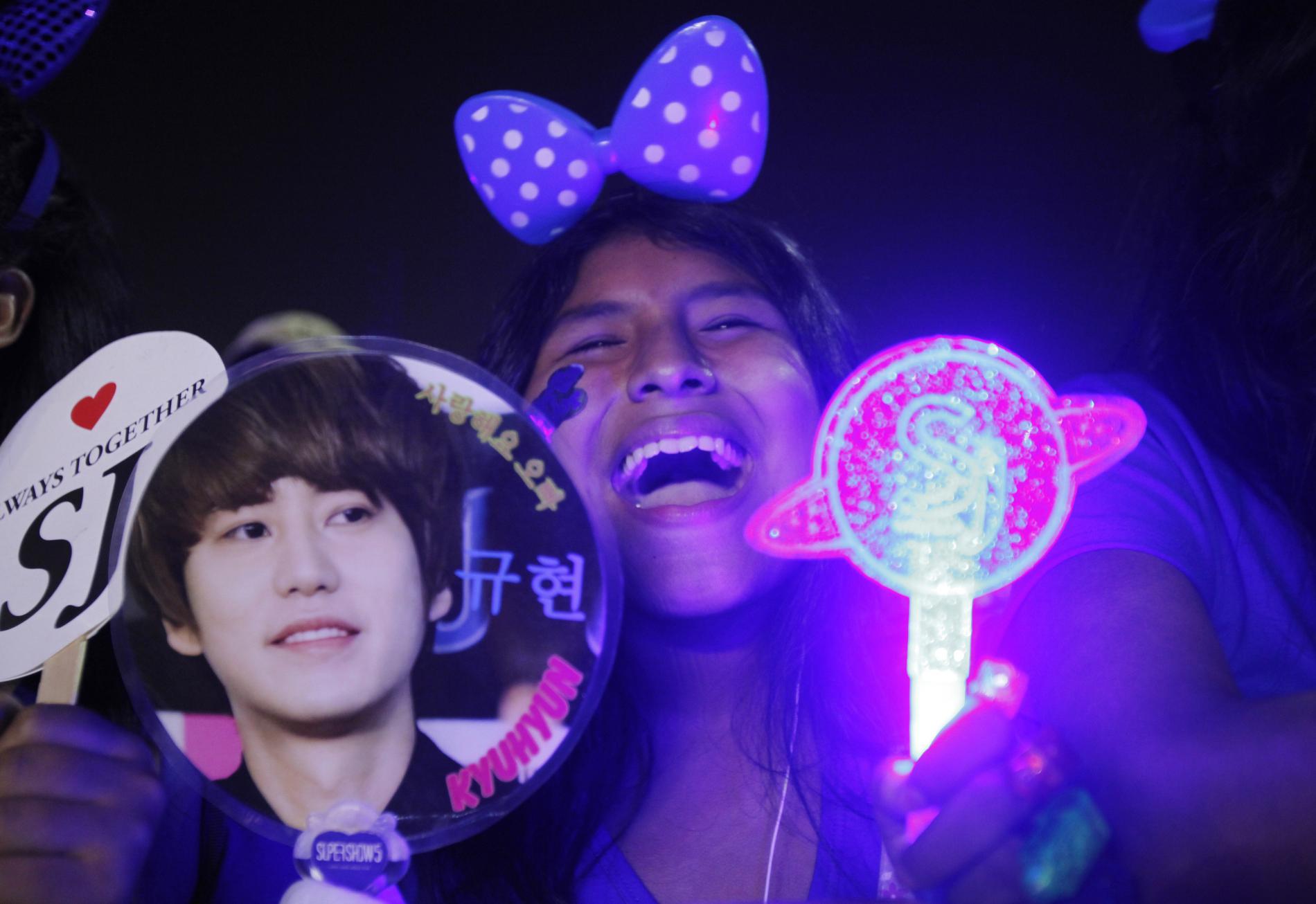 Une fan du groupe de K-pop Super Junior crie en attendant le début d\'un concert à Lima (Pérou), le 27 avril 2013.