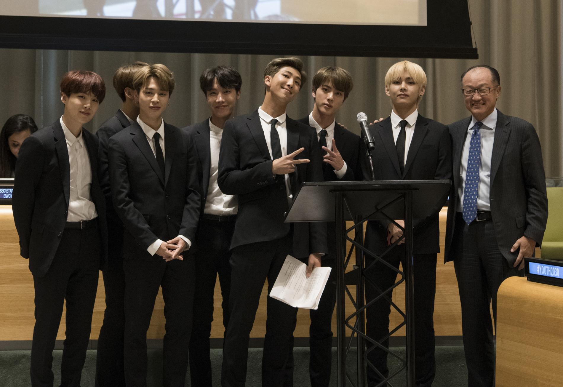 Les membres de BTS posent en compagnie de Jim YongKim (à droite), le président de la Banque mondiale, à l\'occasion de leur prise de parole à l\'ONU, à New York (Etats-Unis), le 24 septembre 2018.