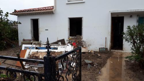"""""""On attend de lui un geste fort"""" : Emmanuel Macron se rend au chevet des sinistrés des inondations dans l'Aude"""