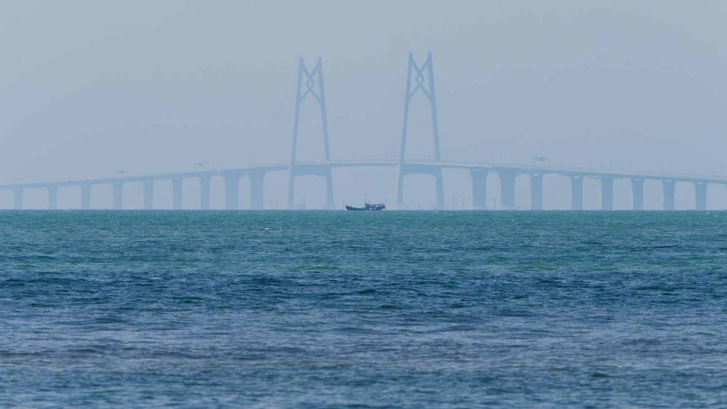 en chine le pont le plus long du monde au dessus de la mer relie hong kong macao. Black Bedroom Furniture Sets. Home Design Ideas