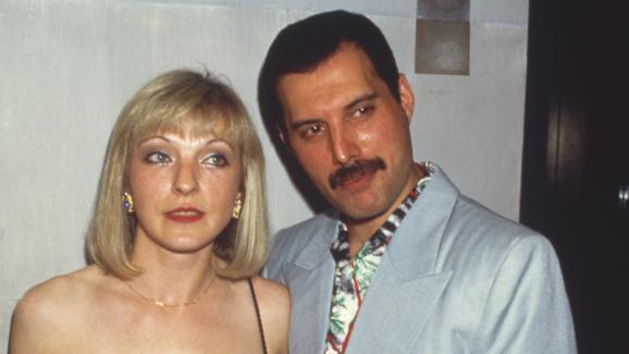 Freddie Mercury pose avec Mary Austin auKensington Roof Gardens, le 12 juillet 1986.