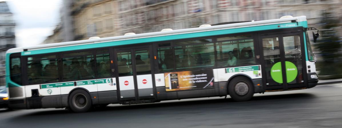 Paris : un chauffeur de bus demande à tous ses passagers de descendre pour permettre à un handicapé de monter