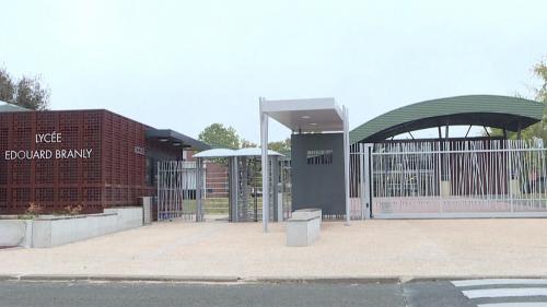 """Agression d'une prof à Créteil : """"Notre lycée ne se résume pas à ces images"""", écrivent ses collègues"""