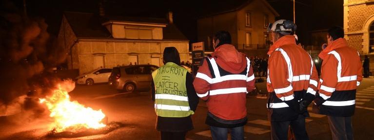 Des salariés d'Ascoval de Saint-Saulve bloquent l'accès au site de leur principal actionnaire, Vallourec, à Aulnoy-Aymeries, le 26 octobre 2018.