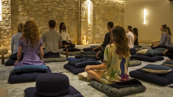 Plusieurs adeptes de la méditation à Aspen (Colorado).