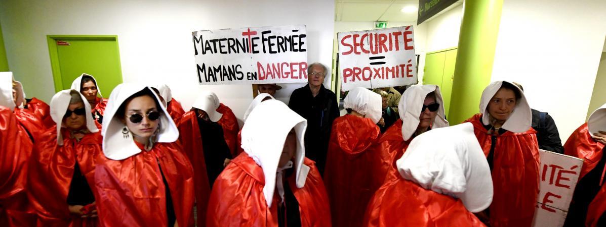 """Des manifestantes vêtues de costume inspiré de \""""La Servante écarlate\""""protestent contre la fermeture de la maternité du Blanc (Indre), le 19 octobre 2018."""