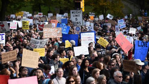"""""""Vous n'êtes pas le bienvenu"""" : à Pittsburgh après l'attentat antisémite, Donald Trump conspué par les manifestants"""