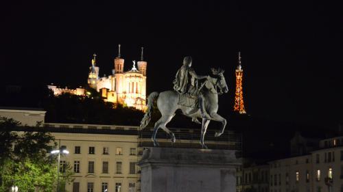 Nuit d'Halloween : des incidents en Essonne et à Lyon, huit personnes interpellées