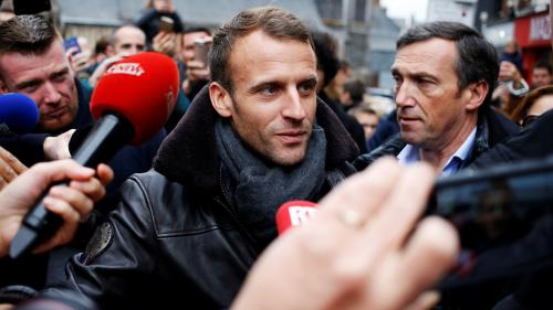 "VIDEO. Macron en week-end à Honfleur : ""Je ne lâche rien, je ne change pas"""