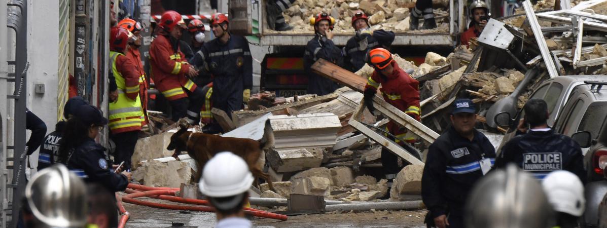 Des équipes de recherche et de secours s\'activent dans les décombres des immeubles qui se sont effondrés, à Marseille, le 5 novembre 2018.