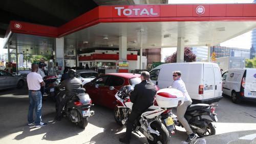 INFOGRAPHIES. Emmanuel Macron a-t-il raison quand il affirme que la hausse du prix à la pompe est liée à 70% à celle des cours du pétrole ?