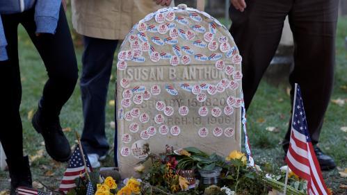 Midterms 2018 : des électrices recouvrent d'autocollants la tombe d'une militante féministe