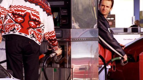 """VIDEO. """"On nous prend pour des vaches à lait !"""" : les automobilistes qui râlent à la pompe, ça fait 50 ans que ça dure"""