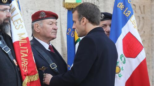 """VIDEO. """"On va continuer le travail"""" : Emmanuel Macron répond à un ancien combattant lui demandant d'expulser les sans-papiers"""