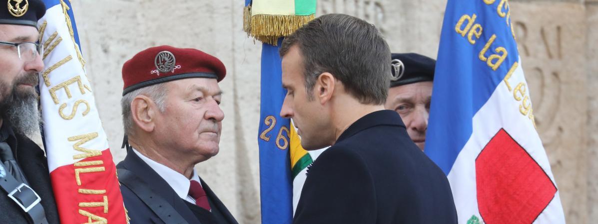 """On va continuer le travail"""" : Emmanuel Macron répond à un ancien combattant lui demandant d'expulser les sans-papiers 16117751"""