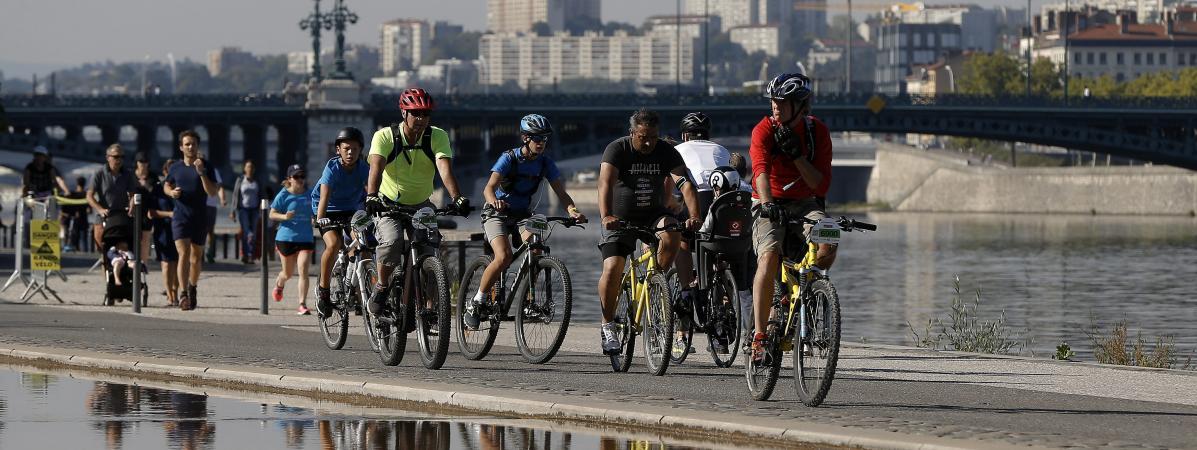 Des cyclistes et des coureurs le long des quais du Rhône, à Lyon, le 9 septembre 2018.