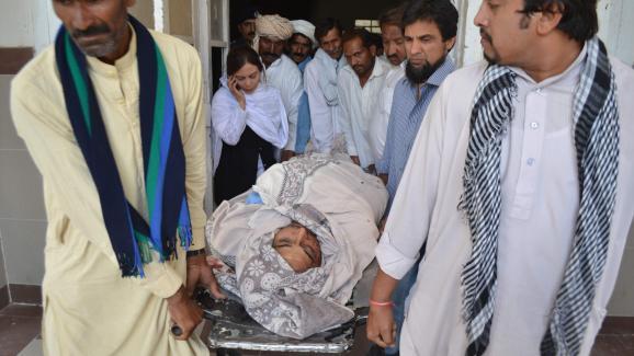 Les proches de Rashid Rehman portent sa dépouille après son assassinat à Multan, au Pakistan, le 8 mai 2014.