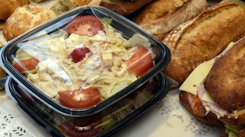 """Grenoble : un mystérieux donateur achète tous les sandwiches et pâtisseries d'un snack pour que """"tout le monde mange gratuitement"""""""