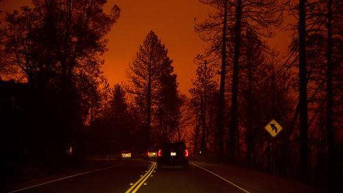 """VIDEO. """"Bébé, tout va bien se passer"""" : un père rassure sa petite fille alors qu'ils traversent un incendie en Californie"""