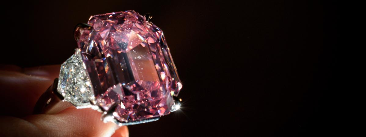 Un spectaculaire diamant rose de 18,96 carats a été adjugé, le 23 novembre 2018, plus de 50 millions de francs suisses.