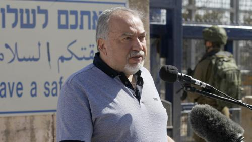 """Israël : le ministre de la Défense annonce sa démission après le cessez-le-feu à Gaza, le Hamas se félicite d'une """"victoire"""""""