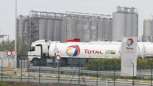 """En Belgique aussi, des """"gilets jaunes"""" se mobilisent et bloquent des dépôts de carburants"""