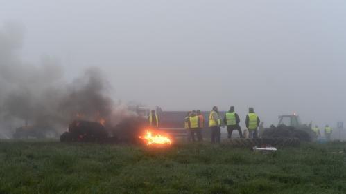 """Un mort en Savoie, six blessés graves, des incidents partout en France... La mobilisation des """"gilets jaunes"""" sous tension"""