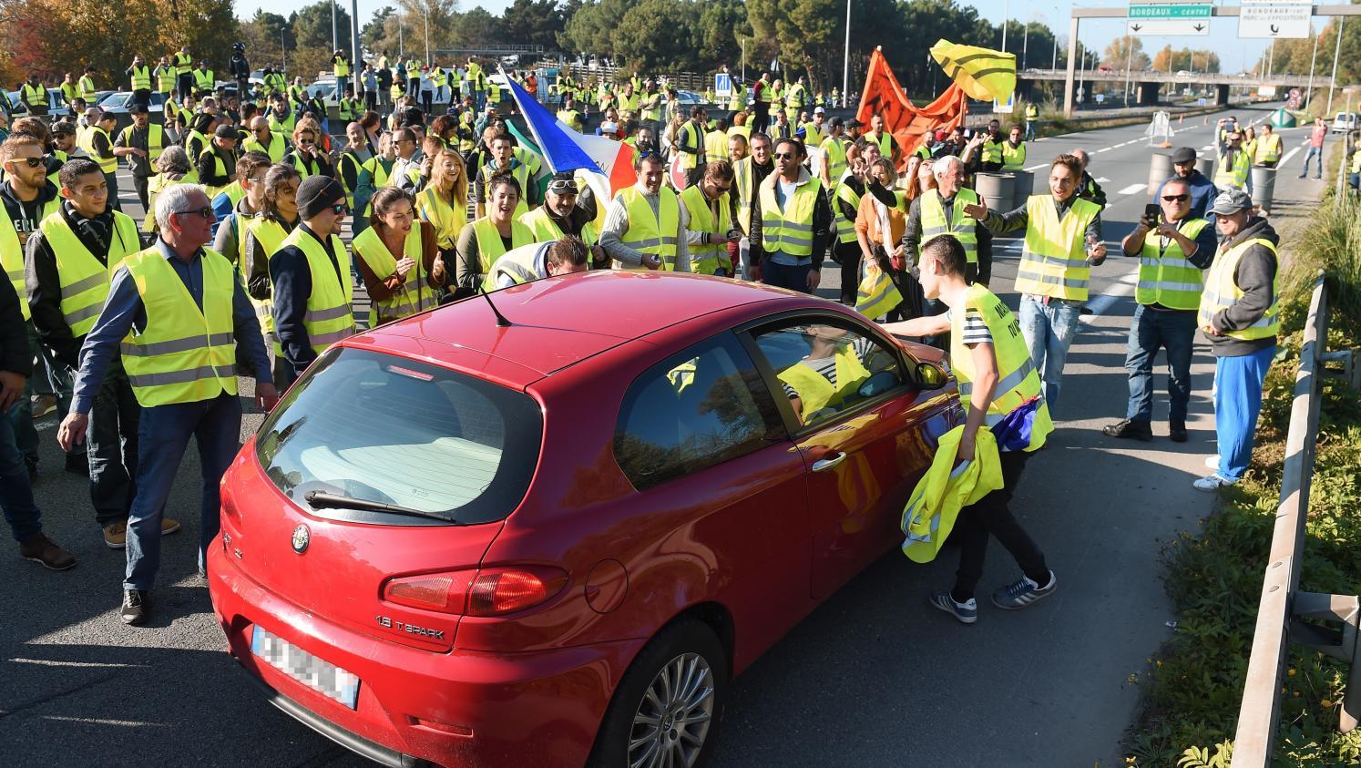 mobilisation des gilets jaunes pourquoi les blocages du 17 novembre ont d g n r. Black Bedroom Furniture Sets. Home Design Ideas