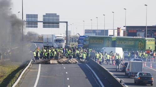 """DIRECT. Blocages des """"gilets jaunes"""" : Emmanuel Macron s'exprimera """"en temps voulu"""" sur la contestation"""